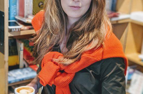 Simone Jacober mit einer Tasse Kaffee posierend für mein Bild